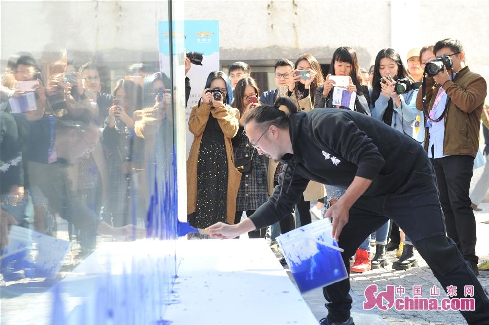 芸術家の朱敬一氏は現場で作品を作成していた。<br/>
