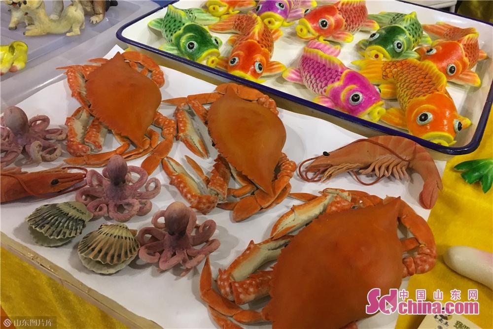 <br/>        用面粉制作的螃蟹、章鱼、扇贝、大虾等海产品,惟妙惟肖。<br/>