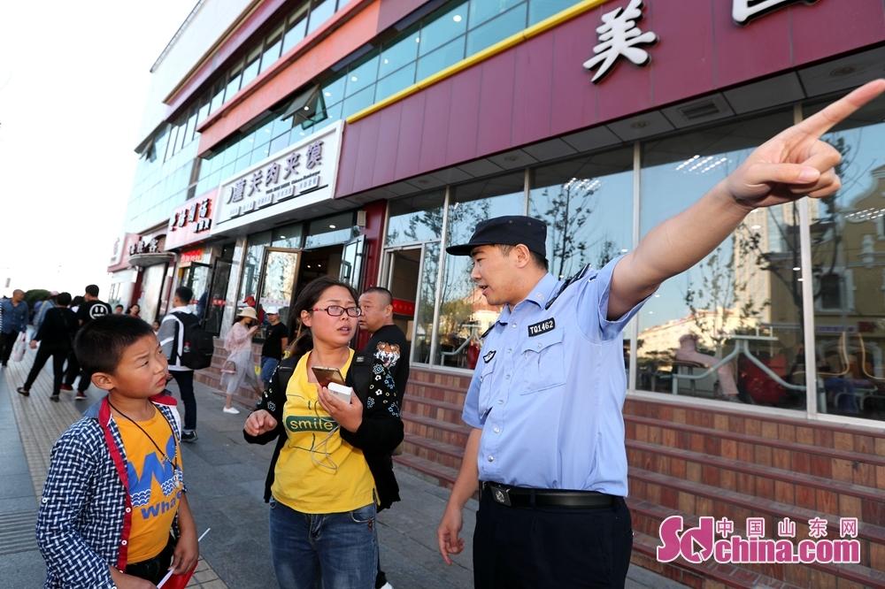 <br/>  民警在执勤的同时,为游客排忧解难。