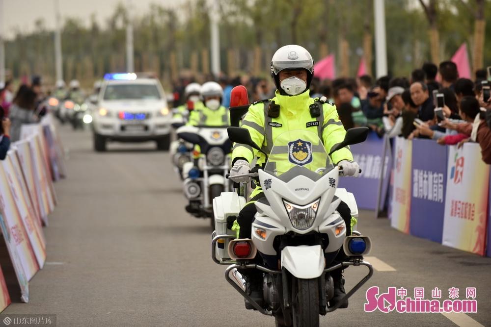 交警部门维持秩序,为大赛提供保障。