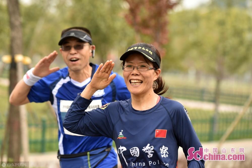 据了解,此次马拉松比赛分为3个项目,分别是男/女子半程马拉松(21.0975公里)、男/女子10公里跑(10公里)和男/女子健身跑(5公里)。参加此次半程马拉松赛近三分之一的选手来自外市,其中最远的选手来自河南安阳,还有许多来自济南,烟台,威海,济宁,菏泽的选手参赛。