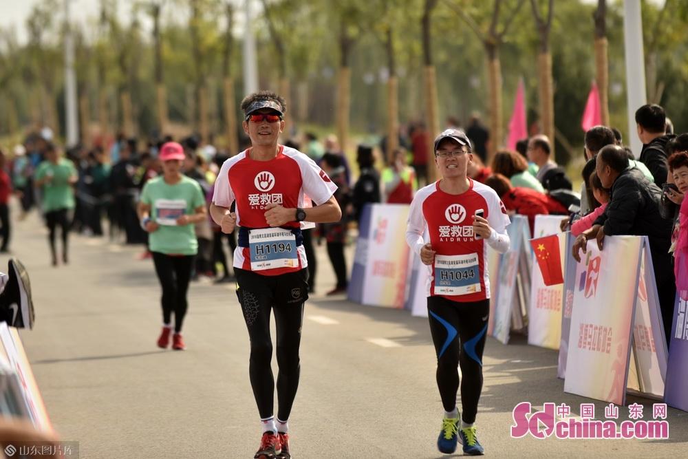 """来自各地的2000余名选手齐聚文昌湖省级旅游度假区,围绕着文昌湖在""""最美赛道""""上展开角逐。"""