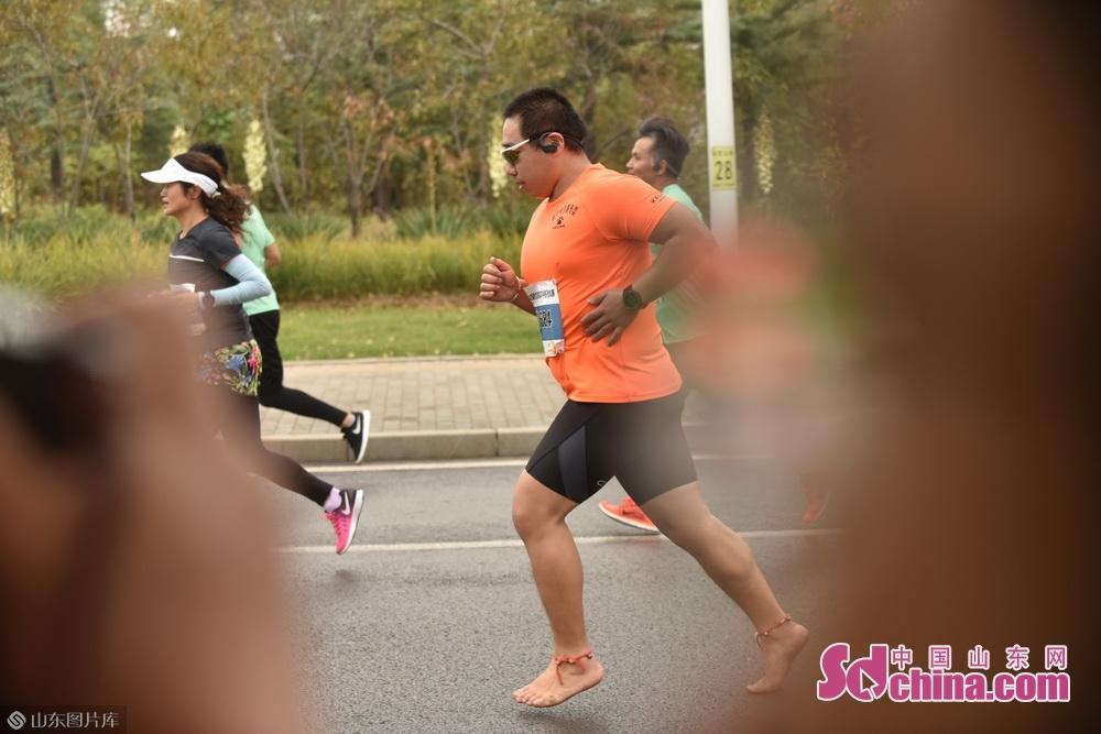 参赛选手光着脚一路风风火火跑完了一个半程马拉松。