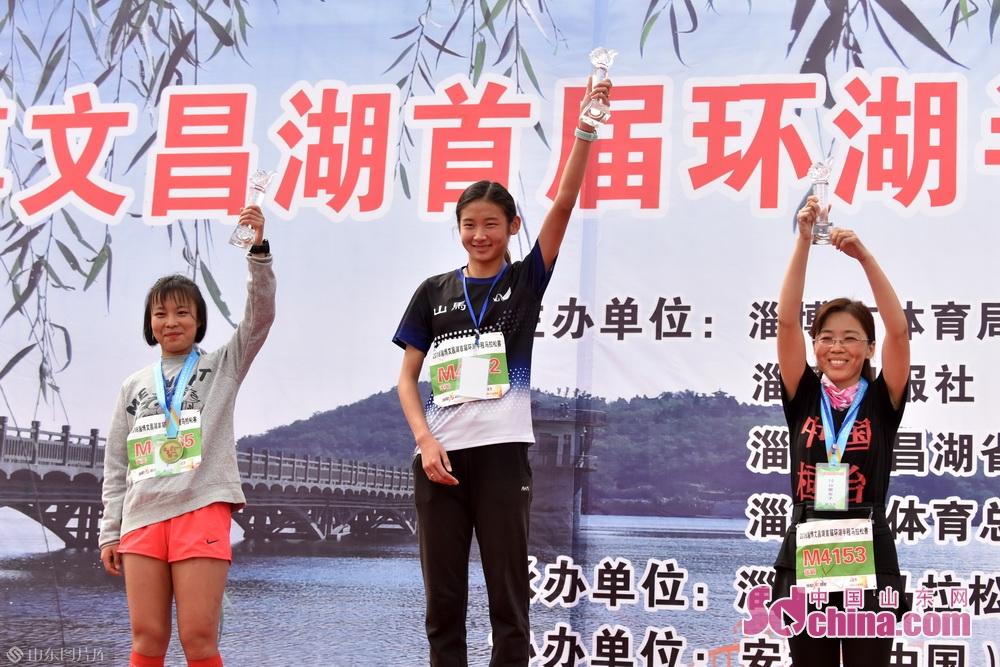 经过激励的角逐后,来自沂源的H1559选手徐统帅第一个冲向半程马拉松终点,以1小时14分23秒成绩获得男子组第一名。来自周村39岁的H2141跑马老将唐辉以1小时24分28秒的成绩获得半程马拉松女子组的冠军。在10公里跑的项目中,来自威海的M3263号码的选手张德成以33分的成绩赢得了男子组的冠军,来自临沂的M4102选手王灿以38分19秒的成绩赢得了女子组的冠军。