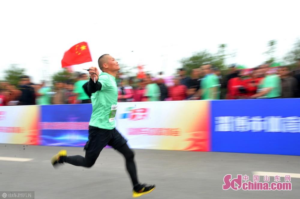 参赛选手们正在奔跑中。