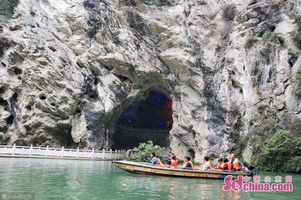 1000多米长的水洞可以坐小船游览,借助奇特的灯光效果,可看到各种有趣景观。(摄影:李红梅)<br/>