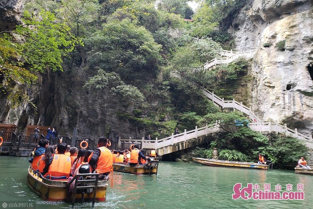 景区集飞瀑、清泉、深潭、奇石、怪洞与天生石桥于一身,贵州的原色山水都浓缩到天河潭这一处精致完整的&amp;ldquo;小盆景&amp;rdquo;中。值得一提的是景区的水旱洞。(摄影:李红梅)<br/>