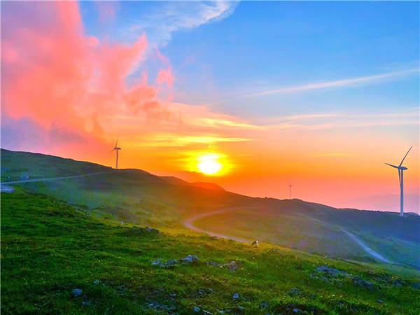 10月26日一早,全国网络媒体采风团从大洞竹海出发,相继抵达盘州乌蒙大草原。   乌蒙大草原是西南地区海拔最高,面积最大的高原草场之一。草原最高海拔为2857米,年平均气温为11.1,是一个夏日避暑的好地方。这里有一望无际的独特高原草场,有万亩高原矮杜鹃林,有充满神奇色彩的高山湖泊,有民族文化浓郁的彝族风情,有世界罕见的自然奇观——佛光,还拥有集雄、奇、险、峻、幽于一身的牛棚梁子大山、八担山等。