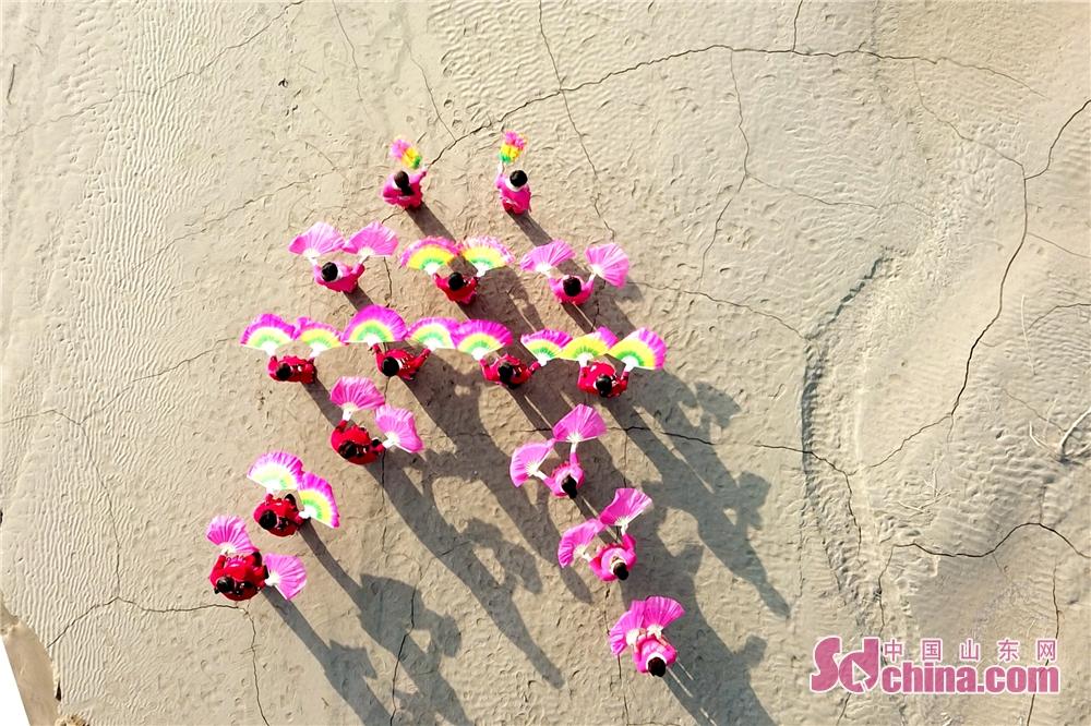 10月30日、聊城市東阿県劉集鎮前関山村で、農民たちは黄河の岸で、腰鼓を打ちながら踊っていた。<br/>