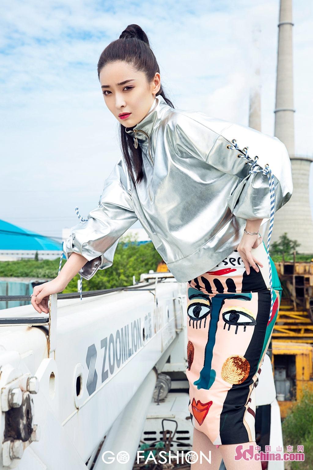 <br/>  近日,李曼的一组全新封面大片曝光,片中李曼个性演绎多变时尚风格,无论是Oversize银色外套搭配印花窄裙还是白色吊带马甲搭配紫色leggings她都能轻松驾驭,率性飒爽不失性感,完美诠释摩登前卫&amp;ldquo;飒女孩&amp;rdquo;。镜头下的她眼神凌厉,姿态不羁,两米八长腿展露无遗;在工业机械背景衬托下更显酷girl魅力,气场全开,时尚态度满分。<br/>