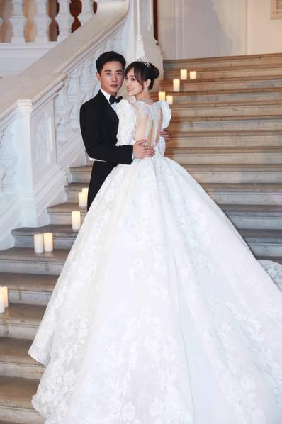 <br/>  唐嫣罗晋婚礼现场照。唐嫣的婚纱后背作了镂空设计,呈现出蝴蝶的形状,美背抢镜,很有新意。<br/>