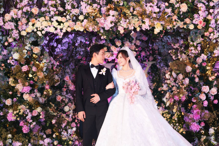 <br/>  11月1日上午,唐嫣工作室与罗晋工作室双双发文,晒出婚礼现场的照片,分别写道:她说&amp;ldquo;Yes, I do&amp;rdquo; ,他说&amp;ldquo;Yes, I do&amp;rdquo; 。<br/>