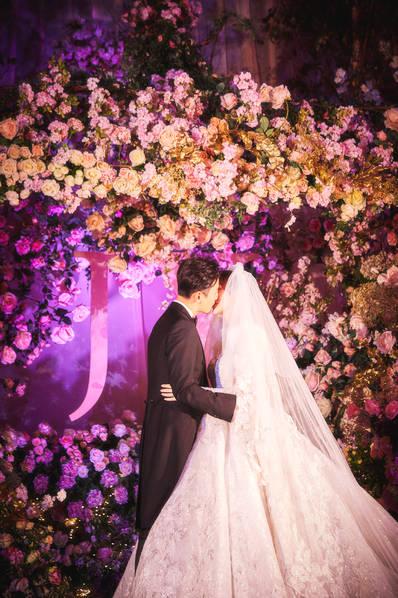 <br/>  唐嫣罗晋婚礼现场照,两人甜蜜亲吻。