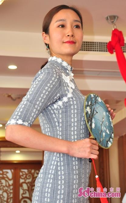 <br/>  旗袍,中国和世界华人女性的传统服装 ,被誉为中国国粹和女性国服 。图为时装秀现场参赛选手在旗袍的衬托下彰显出知性与魅力的一面。<br/>