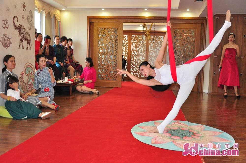 <br/>  图为梵&amp;middot;海瑜伽店长苏苏正在表演空中舞韵《爱恋》。<br/>