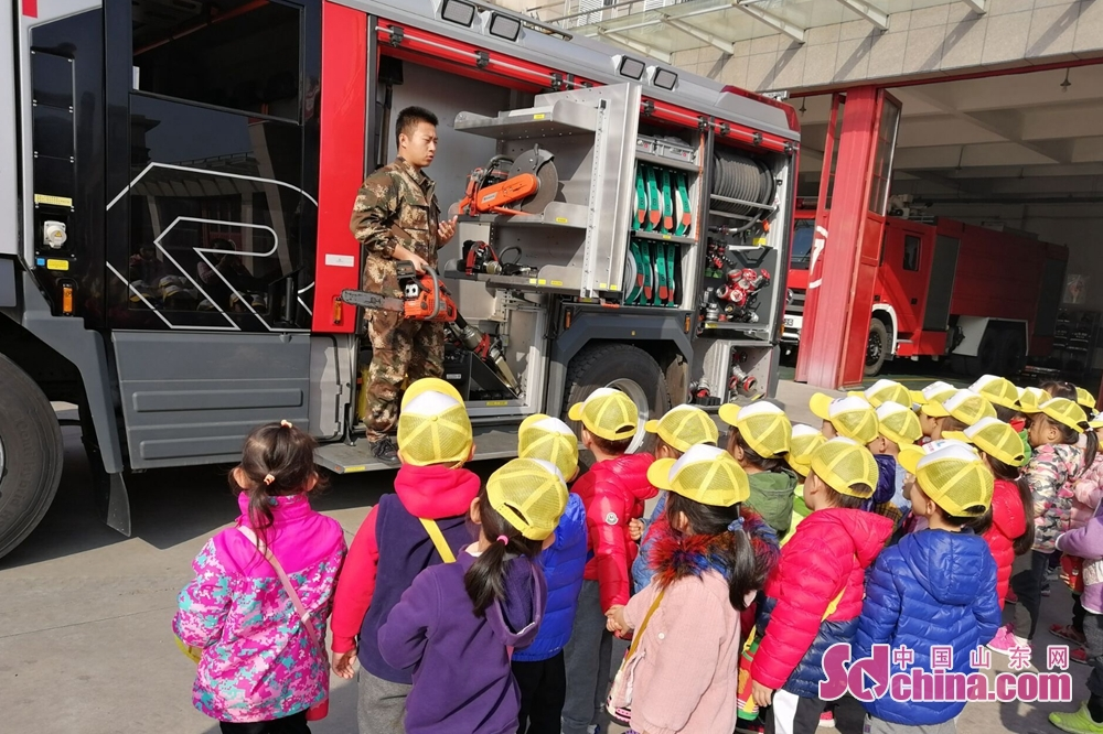 <br/>  幼儿园的师生来到消防队,零距离体验消防文化。参观中,消防员向师生们展示了消防车及车上的装备,并详细介绍了车辆装备用途和使用方法。随后,组织师生观看了消防员叠被、穿救援服等。最后,消防员教授孩子们火灾预防、如何报警、如何逃生等消防安全知识。