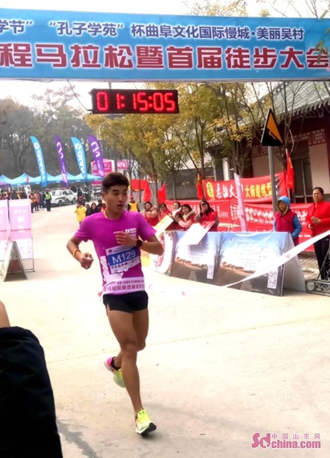 <br/>  来自省内外的600余名马拉松跑友和2452名徒步爱好者参加了比赛。来自省内外的600余名马拉松跑友和2452名徒步爱好者参加了比赛。经过激烈角逐,李首昌以1:15&amp;prime;05&amp;Prime;的成绩夺得男子组第一名, 领先第二名三分钟。汶上跑团成员李岩以1:30&amp;prime;41&amp;Prime;的成绩摘取女子组冠军。
