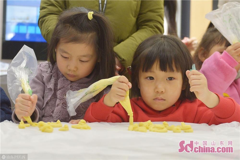 <br/>  2018年11月24日,幼儿园小朋友在青岛海尔智慧家庭城市体验中心学习制作饼干烘焙。<br/>