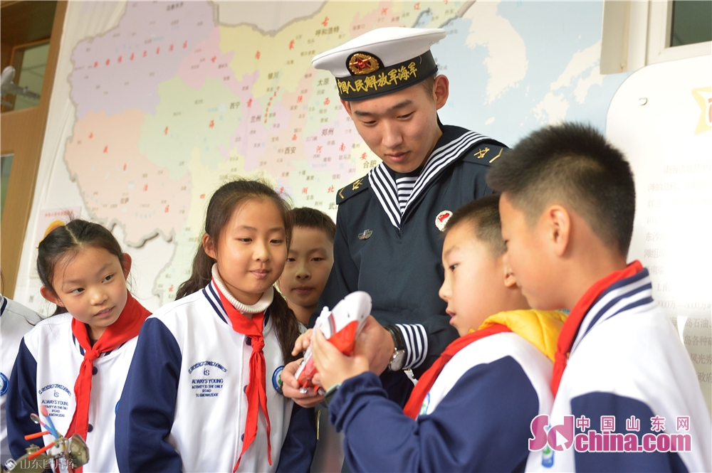 <br/>  2018年11月26日,青岛驻地海军战士与学生们交流科学号海洋科考船知识(模型)。<br/>