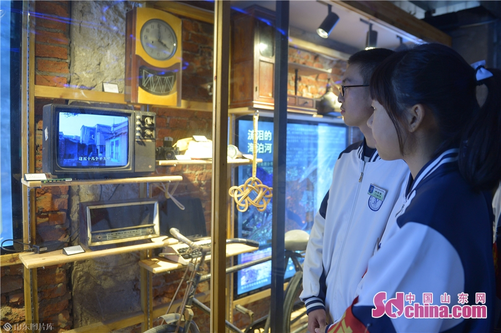 <br/>  2018年11月26日,中学生在青岛市北区海泊河文史风情馆观看老物件。<br/>