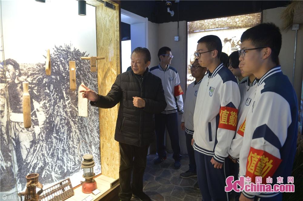 <br/>  2018年11月26日,在青岛市北区海泊河文史风情馆,居民代表通过老照片、老物件向学生们介绍海泊河历史。<br/>