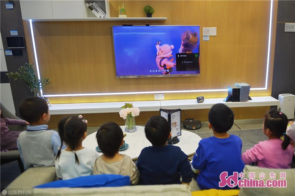 <br/>  2018年11月24日,幼儿园小朋友在青岛海尔智慧家庭城市体验中心智能客厅观看电视节目。<br/>