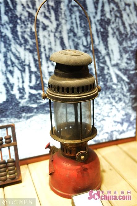 <br/>  2018年11月26日,这是青岛市北区海泊河文史风情馆展示的早年居民使用的煤油灯。<br/>