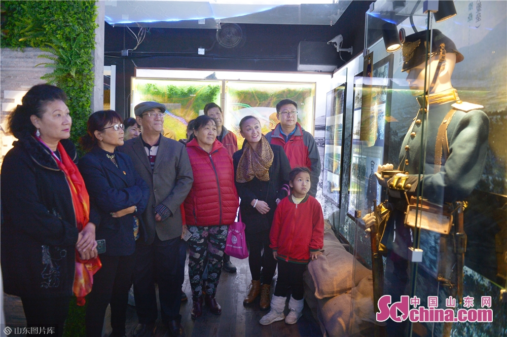 <br/><br/>  2018年11月26日,居民在青岛市北区海泊河文史风情馆参观德国士兵蜡像。<br/>