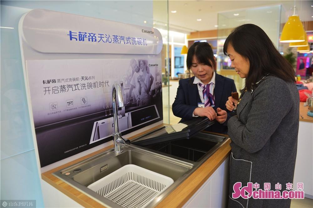 <br/>  2018年11月24日,顾客在青岛海尔智慧家庭城市体验中心了解蒸汽洗碗机。<br/>