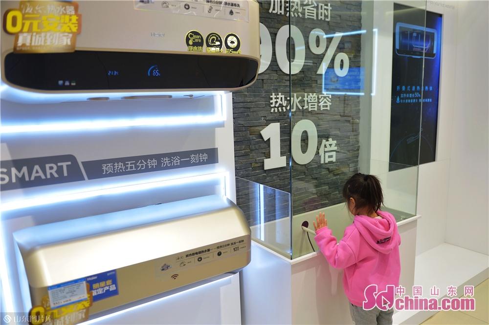 <br/>  2018年11月24日,一名小朋友在青岛海尔智慧家庭城市体验中心观看智能洗浴设备。