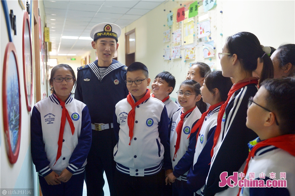 <br/>  2018年11月26日,青岛台湛路小学的学生们在国防教育课堂上聆听驻地海军战士讲解海防知识。<br/>