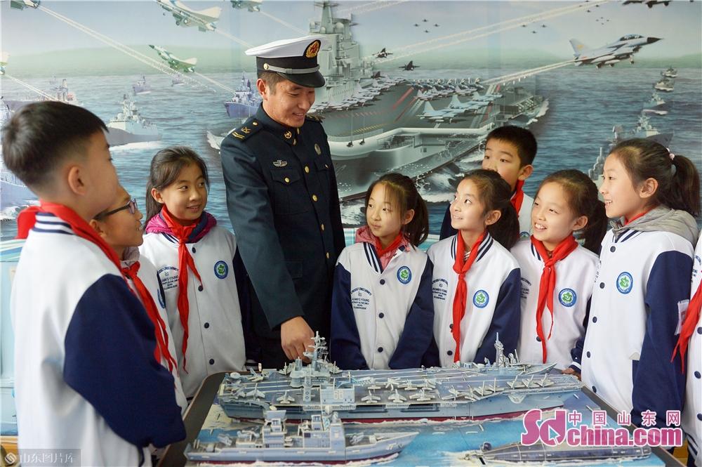 <br/>  2018年11月26日,青岛驻地海军战士为学生们讲解中国辽宁号航母知识。<br/>