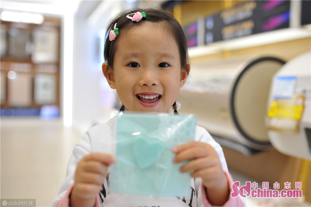 <br/>  2018年11月24日,一名小朋友在青岛海尔智慧家庭城市体验中心展示自己制作的手工香皂。<br/>