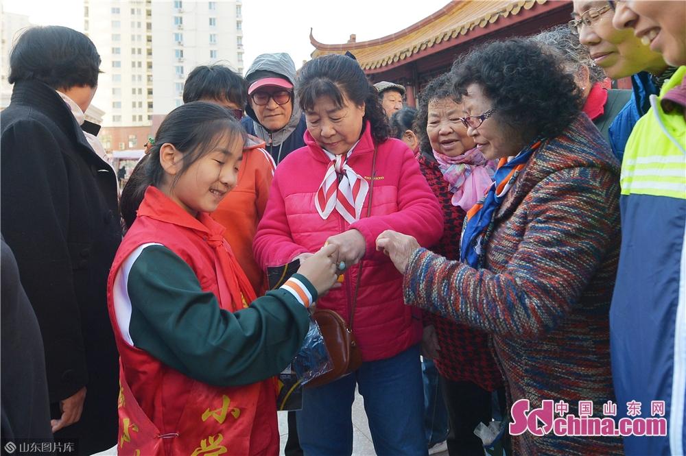 <br/>  2018年11月7日,山东省青岛市即墨路街道的老人在活动现场领取爱心&amp;ldquo;黄手环&amp;rdquo;。<br/>