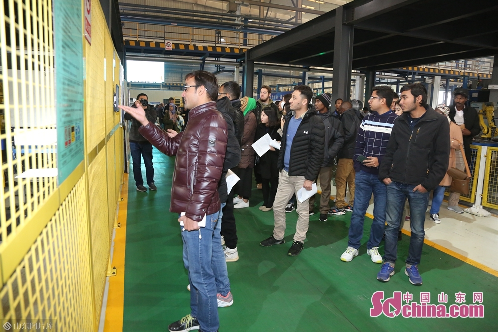 Over one hundred international students had a glimpse of the company's advanced intelligent manufacturing technology.