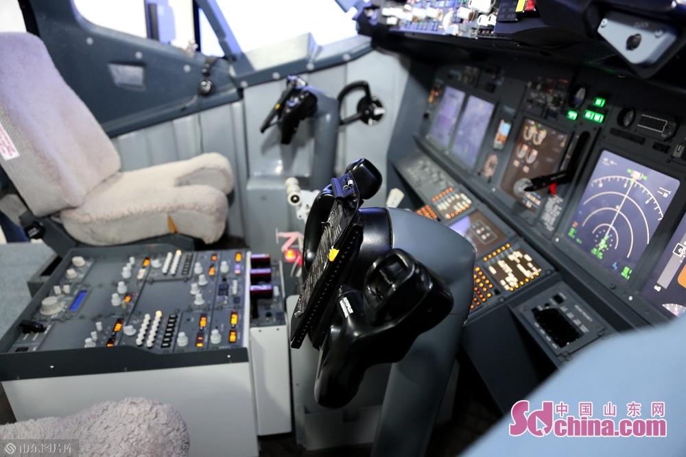 留学生たちは飛行機操縦学院を訪問した。