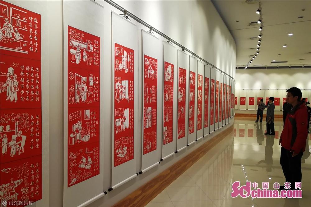 <br/>  此次展览共展出李增芬剪纸作品118幅,包括中英双语《弟子规》系列剪纸作品94幅 、《二十四孝》系列剪纸作品24幅。<br/>