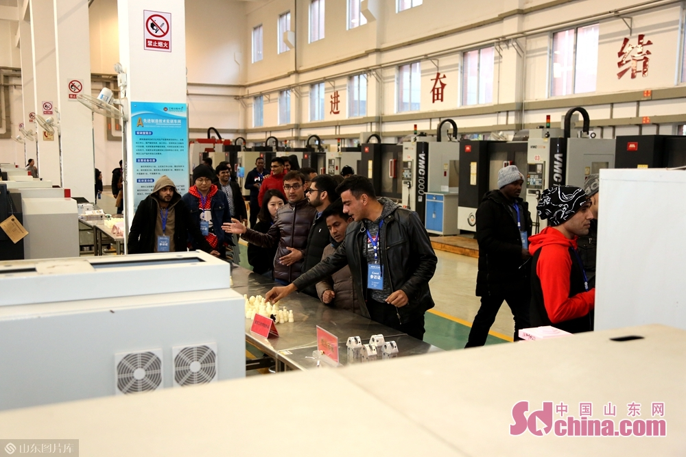 Foreign students visit the training center of Binzhou University.<br/>