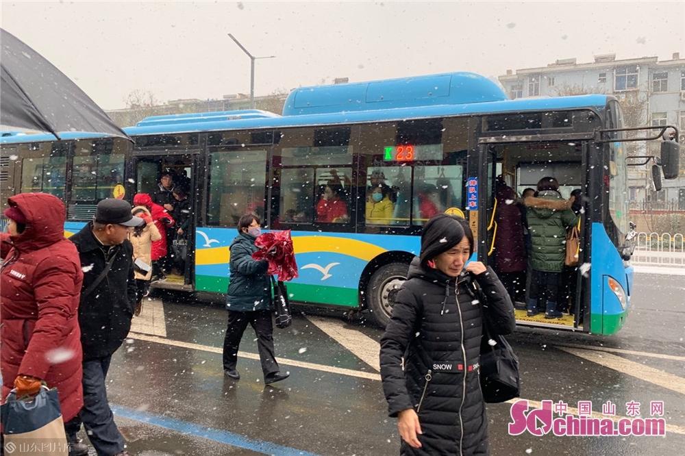 <br/>  因出行不便,市民多选择乘公交车出行,在每一个公交站牌处都站满了等待坐公交车的市民,公交车上比以往拥挤了许多。<br/>