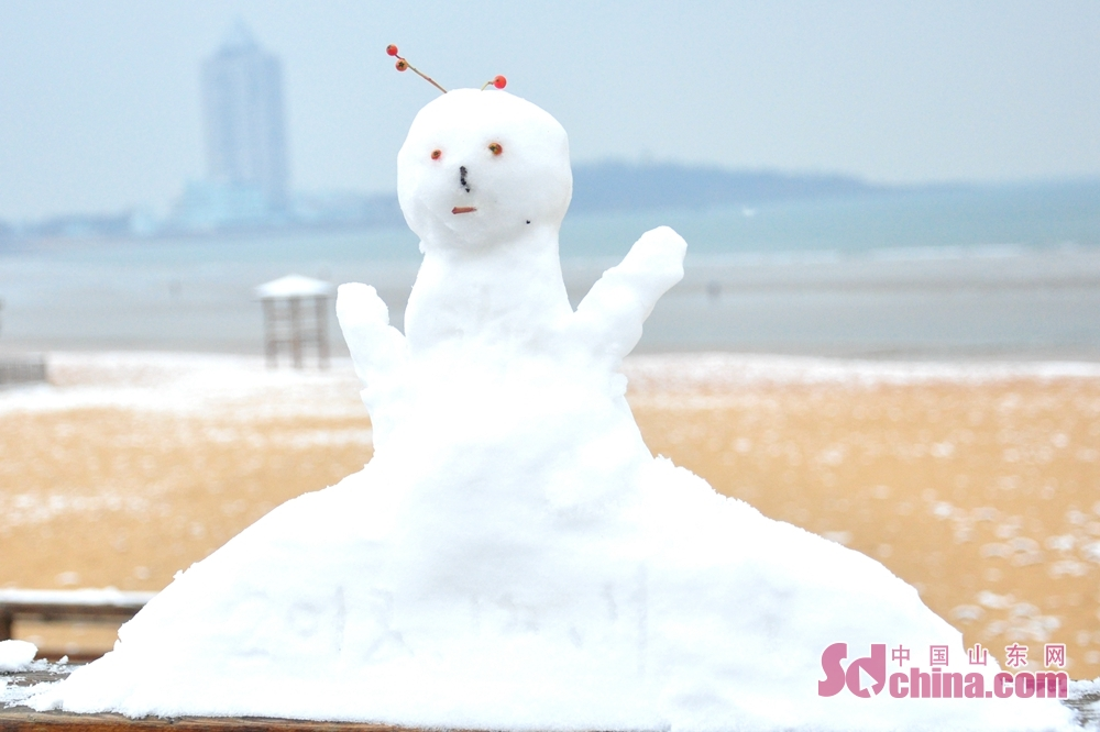 Photo taken on December 11 shows a snowman on the sea in Qingdao, a coastal city of Shandong Province.<br/>