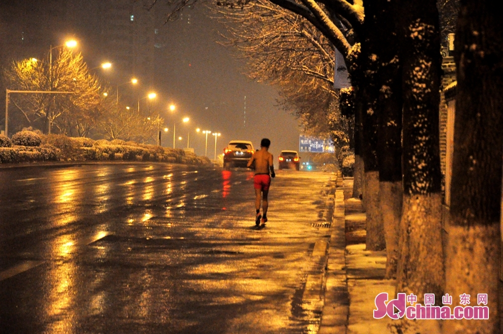 Photo taken on December 11 shows the runner in Qingdao, a coastal city of Shandong Province.<br/>