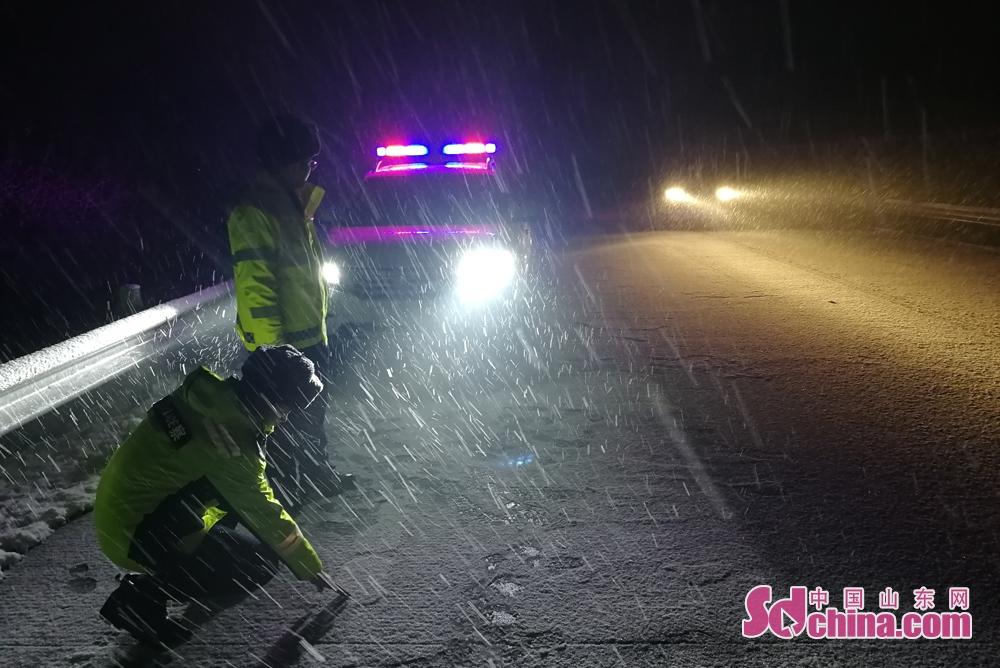 <br/>  12月11日,烟台迎来新一轮降雪,为有效应对冰雪恶劣天气,烟台高速交警支队立即启动恶劣天气应急预案部署多项措施,全力保障冰雪天气下高速公路的平安畅通。<br/>