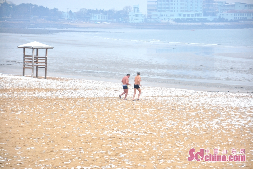 Winter swimmers enjoy a moment on the sea in Qingdao, a coastal city of Shandong Province.<br/>