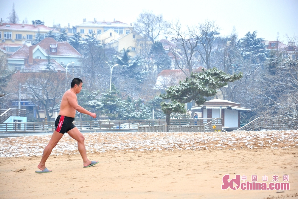 A winter swimmer enjoys a moment on the sea in Qingdao, a coastal city of Shandong Province.<br/>