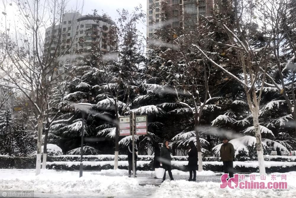 <br/>  受冷空气影响,今天白天到夜间,烟台阴有中到大雪,西北风,风力较大,气温明显下降。明天白天,烟台以多云天气为主,北风,风力逐渐减弱,气温仍较低。内陆部分地区早晚最低气温在-7℃左右,市民注意防寒保暖。<br/>