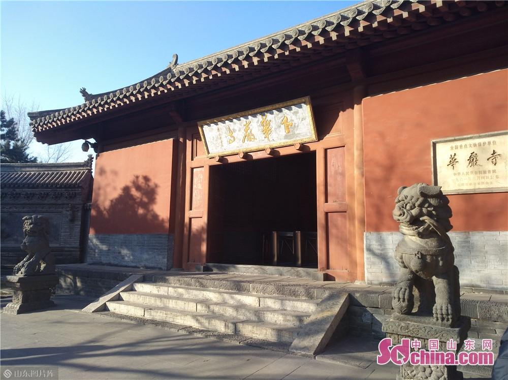 寺院占地面积为6万多平方米,其中主殿大雄宝殿是中国现存辽、金时期最大的佛殿,薄伽教藏殿为辽代原作,用于存放佛教的经典教藏。1961年,华严寺被国务院公布为第一批全国重点文物保护单位。<br/>