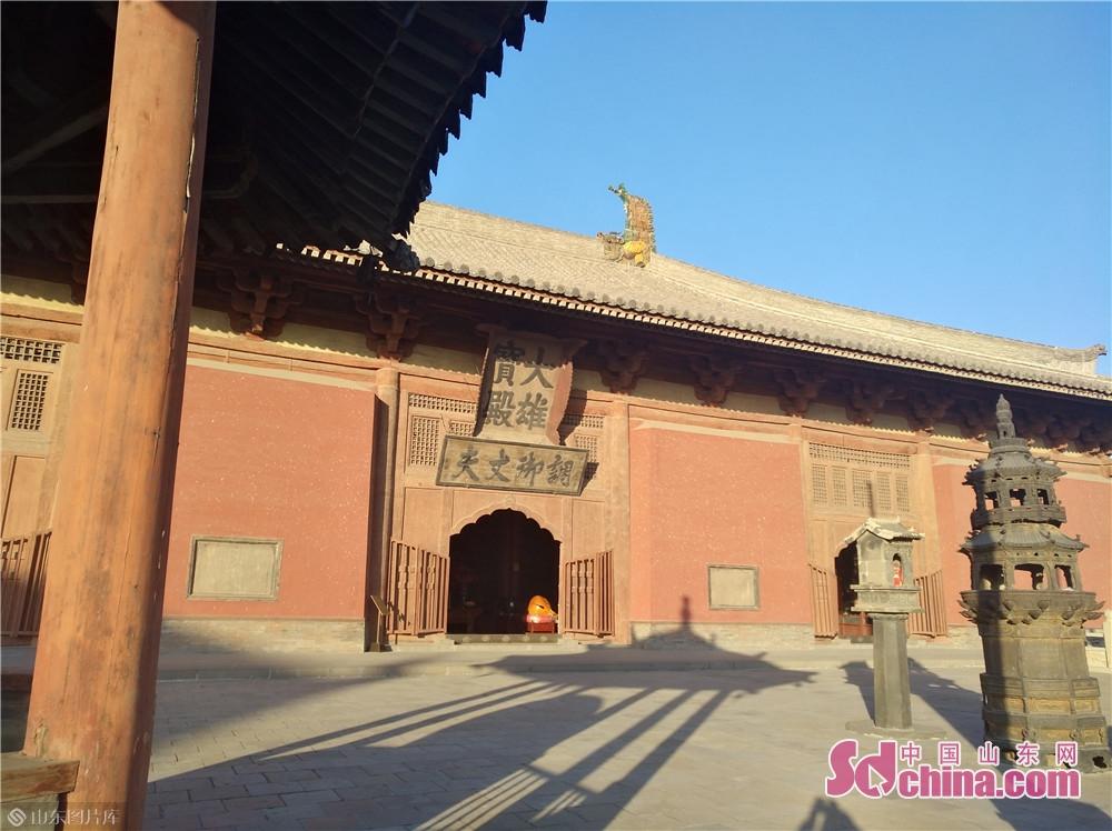华严寺位于大同古城内西南隅,始建于辽重熙七年(公元1038年),依据佛教经典《华严经》而命名。兼具辽国皇室宗庙性质,地位显赫。后毁于战争,金天眷三年(1140年)重建。占地面积达66000平方米,是中国现存年代较早、保存较完整的一座辽金寺庙建筑群。<br/>