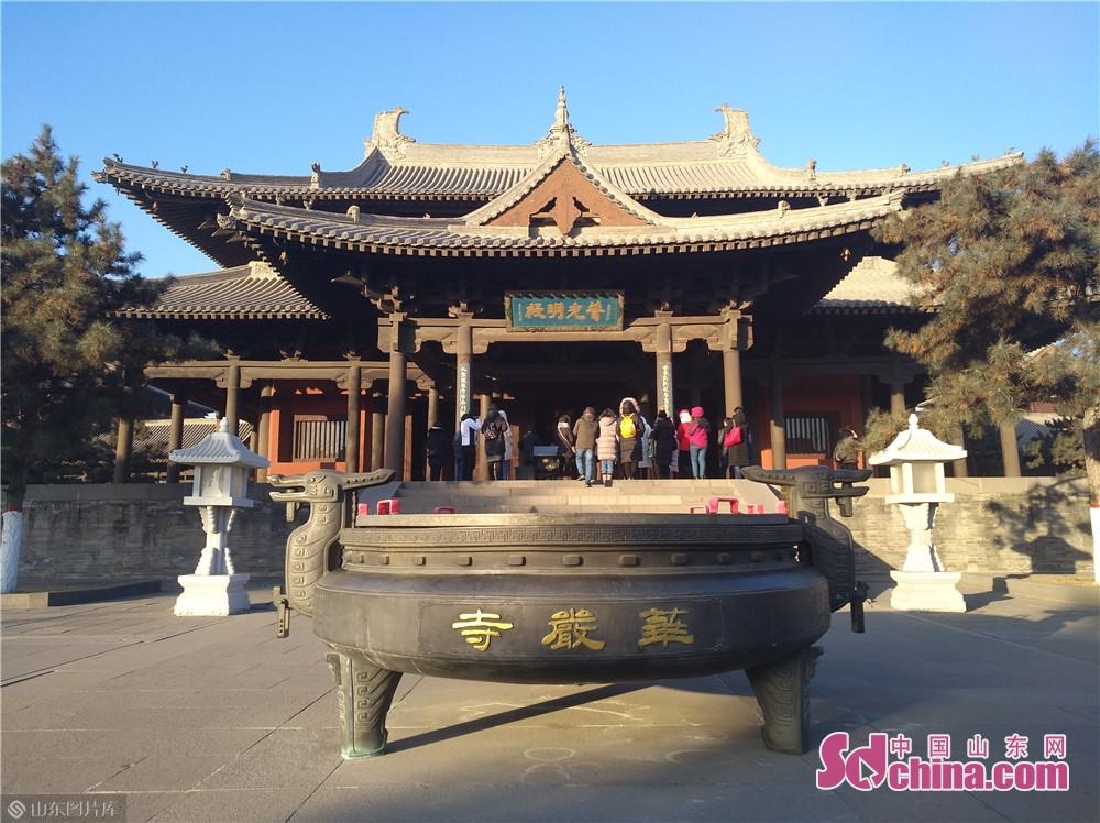 大同华严寺坐落于大同古城内清远街南侧,是一座坐西向东、殿宇巍峨的辽代佛教寺院,距今已有970多年的历史。<br/>