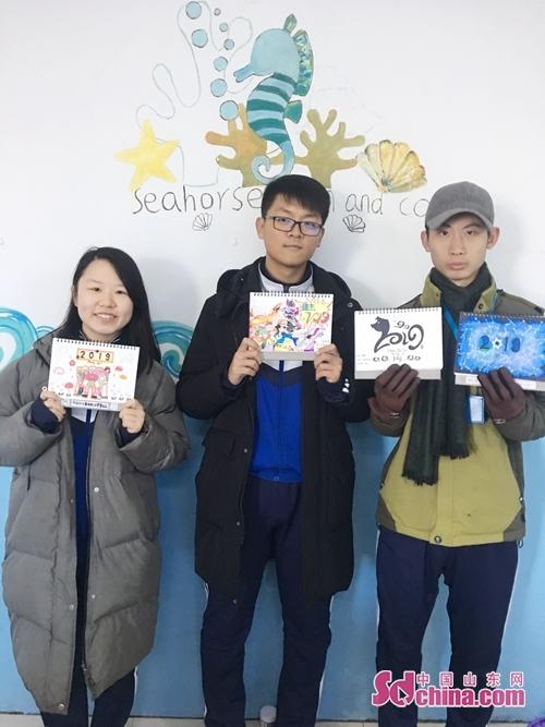 近日,青岛求实职业技术学院艺术学院学生们在任课教师的指导下,结合自己专业特点,历时一个月时间,用手绘创意的方式来制作2019年的台历。