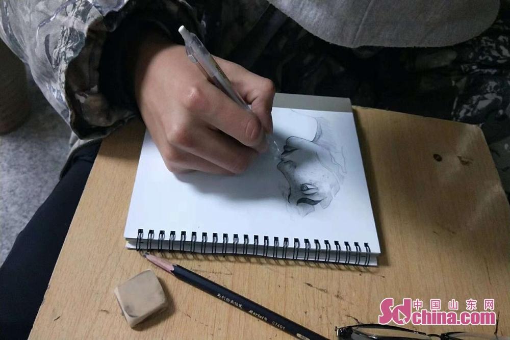 近日,青岛求实职业技术学院艺术学院学生们在任课教师的指导下,结合自己专业特点,历时一个月时间,用手绘创意的方式来制作2019年的台历。<br/>